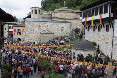 манастирскиот двор украсен со мноштво верници за славата