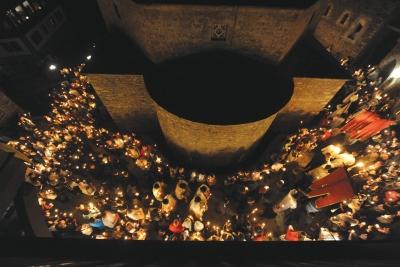 Благодатна пасхална светлина околу храмот