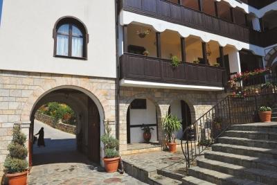 Детаљ од влезот на Рајчичкиот манастир